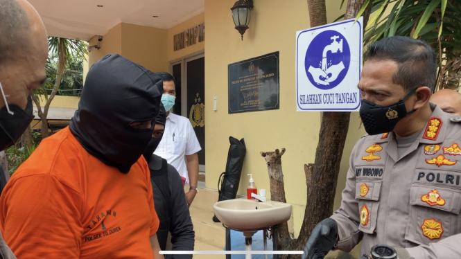 Pengedar Sabu 4 Kg (baju orange) dengan Kapolres Jakbar Kombes Ady Wibowo