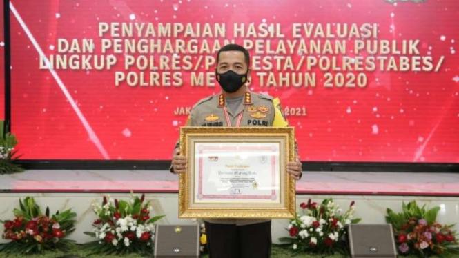 Kepala Polresta Malang Kota Komisaris Besar Polisi Leonardus Simarmata menerima penghargaan predikat pelayanan prima dari Menpan RB.