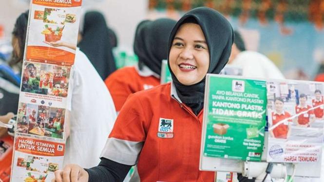 Karyawan Superindo saat melayani pelanggan.