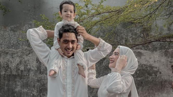 Arya Saloka bersama istri dan anak.