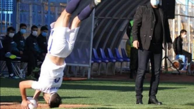 Pemain asal Iran, Nader Mohammadi, melakukan lemparan ke dalam sambil salto.