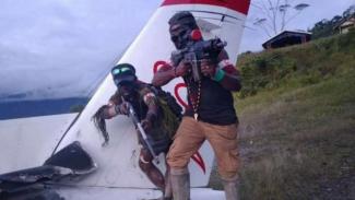 VIVA Militer: Kelompok OPM pamer senjata usai membakar pesawat di Papua