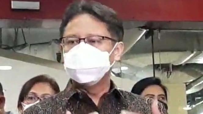 Menkes Budi Gunadi Sadikin saat memantau pemberian vaksin di Pasar Tanah Abang.