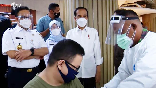 Presiden Jokowi dan Anies Baswedan Pantau Vaksinasi di Tanah Abang