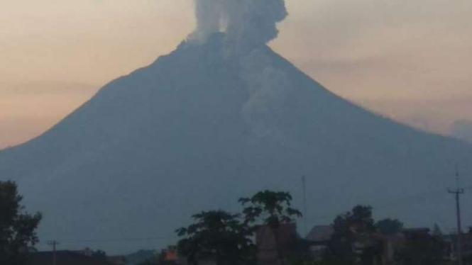 Gunung Sinabung luncurkan awan panas sejauh 1,7 kilometer.