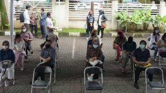 Pelaksanaan vaksinasi vaksin COVID-19 di Jawa Barat.