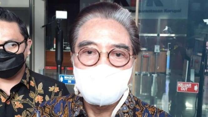 Pengacara Hotma Sitompul usai diperiksa KPK sebagai saksi korupsi Bansos.