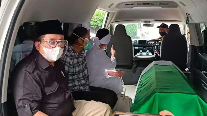 Fadli Zon saat bersama jenazah almarhumah ibunda menuju TPU Karet Bivak.