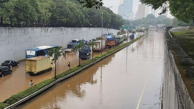 Banjir terjang Jalan Tol JORR.