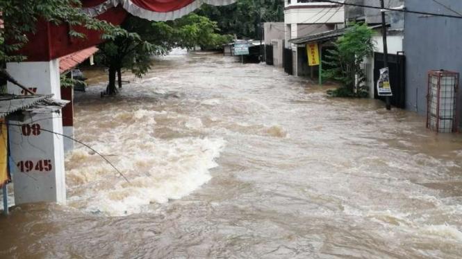 Sejumlah wilayah di Kota Tangerang dan Kabupaten Tangerang, Banten, kebanjiran menyusul hujan deras dan air sungai meluap pada Sabtu, 20 Februari 2021.