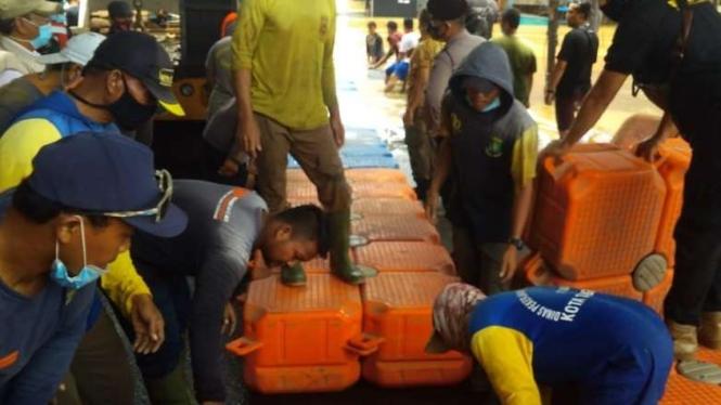 PUPR Kota Tangerang buat jembatan apung di TKP Banjir Perumahan Ciledug Indah I.