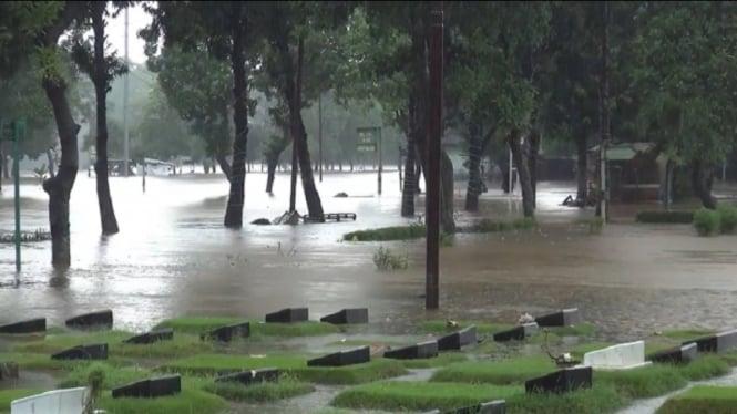 Makan di TPU Jeruk Purut kebanjiran