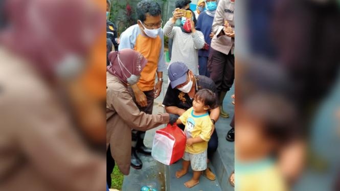 Mensos Risma memberikan bantuan langsung kepada korban banjir