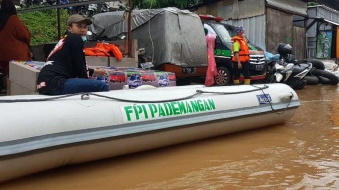 Perahu karet FPI membawa bantuan korban banjir dibubarkan aparat