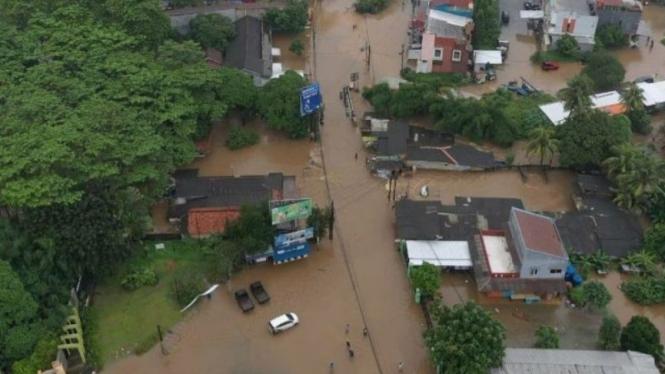 Tanggul Sungai Citarum di Bekasi jebol menggenangi pemukiman