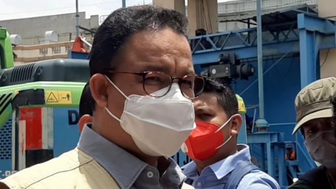 Gubernur DKI Jakarta Anies Baswedan di Pintu Air Manggarai, Jakarta Selatan