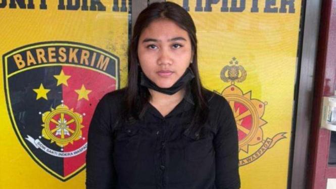 Aprillian Mulyanti, 23 tahun, ditangkap polisi karena membuat ijazah palsu.