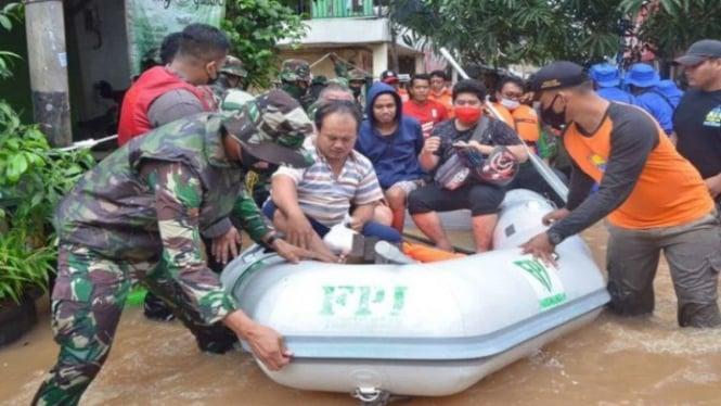 Perahu karet FPI membawa bantuan korban banjir Jakarta