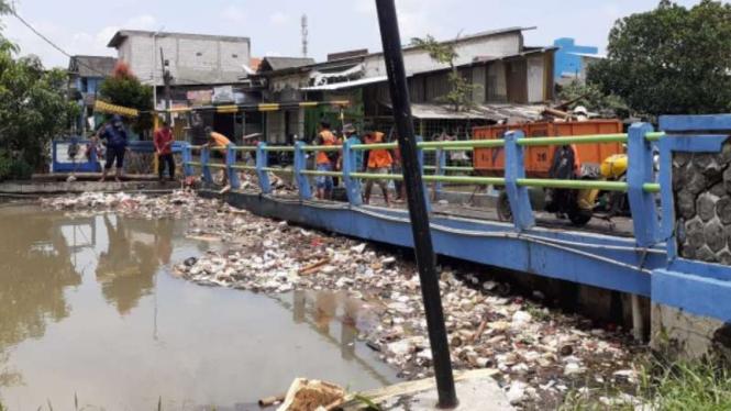 Sampah yang menumpuk akibat banjir di Kota Tangerang.