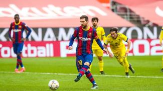Lionel Messi mengeksekusi penalti saat melawan Cadiz