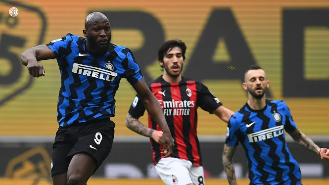 Bomber Inter Milan, Romelu Lukaku bobol gawang AC Milan