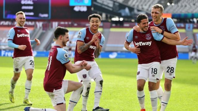 Para pemain West Ham United merayakan gol.