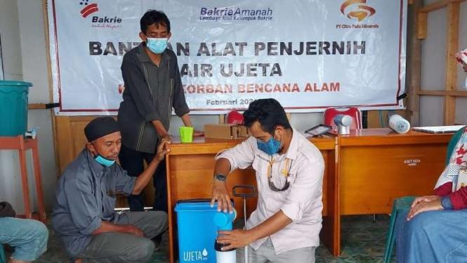 Pemberian alat penjerniah air dari CPM-Bakrie Amanah ke warga