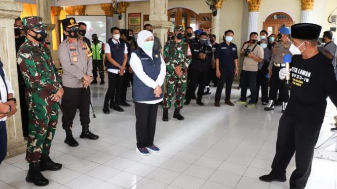 Gubernur Jatim Khofifah Indar Parawansa melakukan peninjauan pelaksanaan PPKM Mikro (foto : Biro Administrasi Pimpinan Setdaprov Jatim)