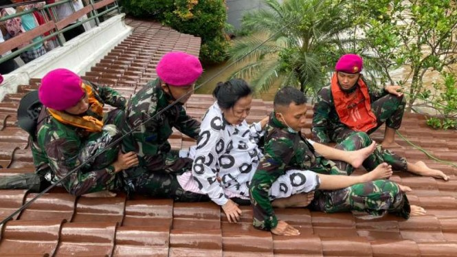 VIVA Militer: Prajurit Marinir Pasmar 1 evakuasi korban banjir di Kemang, Jaksel