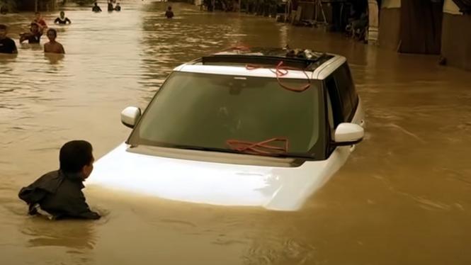 Mobil Range Rover Vogue terendam banjir di Kabupaten Bekasi