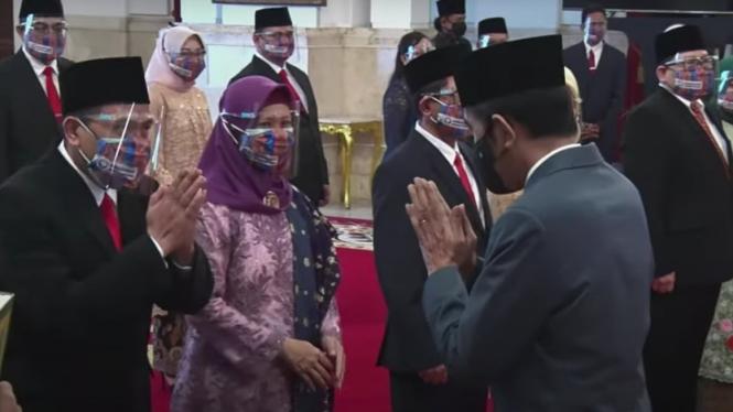 Presiden Jokowi saat melantik anggota Ombudsman 2021-2026