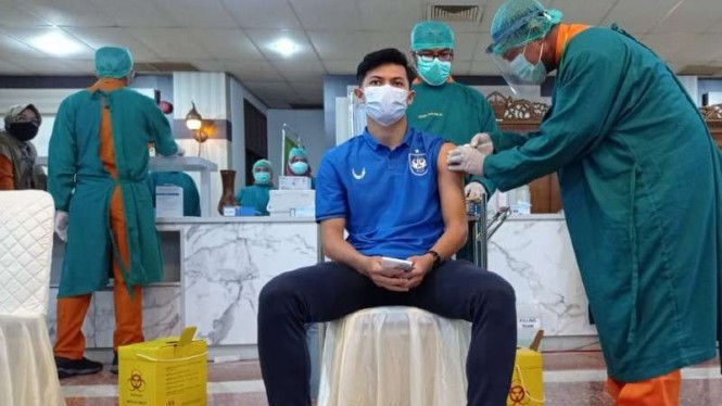 Pemain Timnas Indonesia, Septian David Maulana divaksin COVID-19.