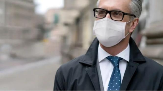 Memakai kacamata dan masker