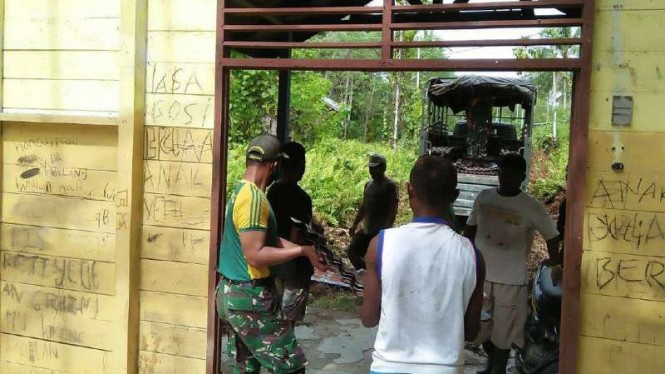 VIVA Militer: Prajurit TNI bongkar Gereja Mahanaim di Papua
