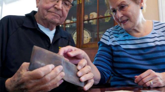 Dompet ini kembali setelah 53 tahun hilang