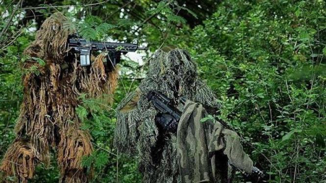 VIVA Militer: Prajurit TNI AD melakukan pengintaian terhadap musuh