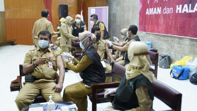 Vaksinasi ASN dan non-ASN di Balai Kota Semarang, Jateng.