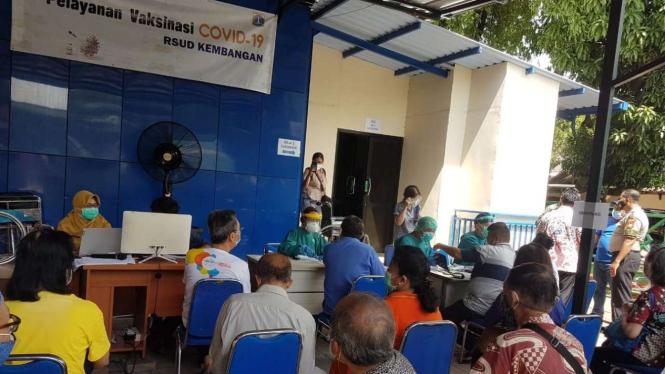 Vaksinasi lansia di RSUD Kembangan, Jakbar, Selasa, 23 Februari 2021.