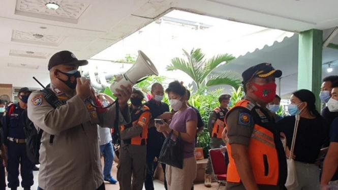 Polisi hentikan dan bubarkan vaksin pedang Tanah Abang