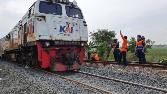 Jalur kereta di Bekasi sudah bisa dilewati setelah terendam banjir Citarum.