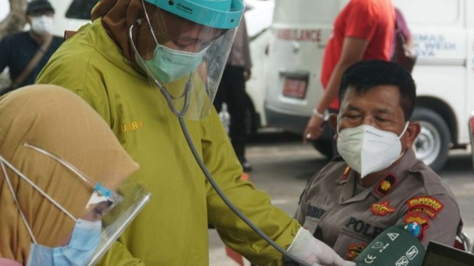 Anggota Polrestabes Surabaya mengikuti vaksinasi COVID-19.