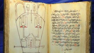 Buku ilmu pengetahuan ditulis dalam bahasa Arab.