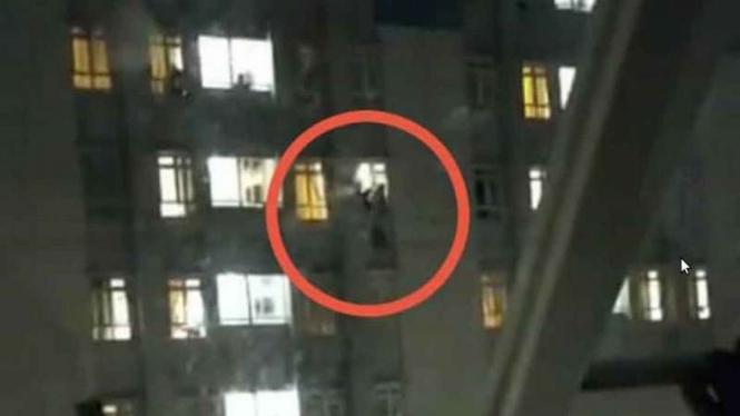 VIVA Militer: Seorang pasien RS Wisma Atlet berupaya melompat dari lantai 20