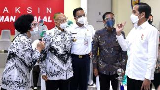 Presiden Jokowi Meninjau Vaksinasi COVID-19 untuk Guru di SMAN 70 Jakarta