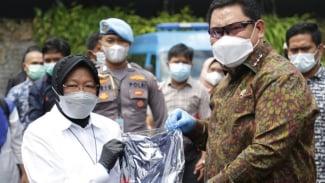 Penyerahan baju War Against Drug kepada Mensos Risma secara simbolis