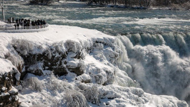 Air terjun Niagara di New York membeku