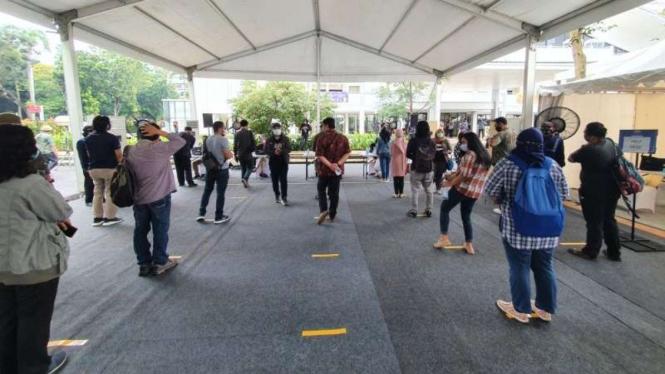 Antrean vaksin untuk wartawan dengan menjaga jarak di Hall Basker Senayan
