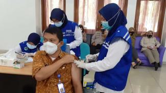 Kegiatan vaksinasi COVID-19 di Kabupaten Tangerang, Kamis, 25 Februari 2021.