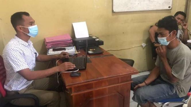 AR alias Dewa (kanan) pemerkosa adik ipar di Bima, NTB