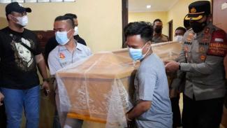 Jenazah para korban penembakan Bripka CS dai Kafe RM dibawa oleh keluarga